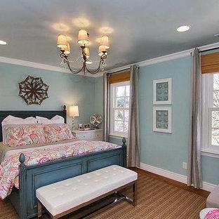 Aménagement d'une grande chambre d'enfant romantique avec un mur bleu et un sol en bois brun.