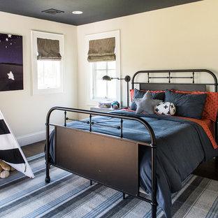 Idéer för lantliga pojkrum kombinerat med sovrum och för 4-10-åringar, med beige väggar och mörkt trägolv