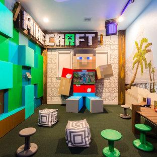 Imagen de dormitorio infantil minimalista, grande, con paredes multicolor y moqueta
