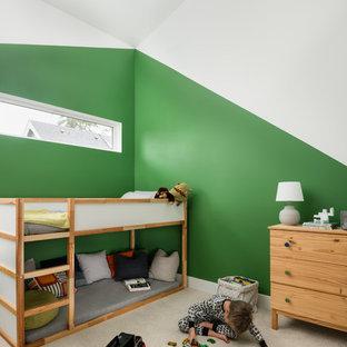 Inredning av ett skandinaviskt litet pojkrum kombinerat med sovrum och för 4-10-åringar, med heltäckningsmatta, beiget golv och flerfärgade väggar