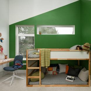 Idées déco pour une petit chambre d'enfant de 4 à 10 ans scandinave avec un mur blanc, moquette et un sol beige.