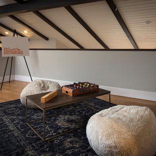 Inredning av ett 60 tals mellanstort könsneutralt tonårsrum kombinerat med lekrum, med grå väggar, bambugolv och brunt golv