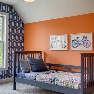 Idéer för stora funkis barnrum kombinerat med sovrum, med heltäckningsmatta och flerfärgade väggar