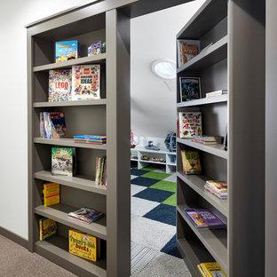 Свежая идея для дизайна: большая нейтральная детская с игровой в морском стиле с белыми стенами, ковровым покрытием и разноцветным полом для ребенка от 4 до 10 лет - отличное фото интерьера