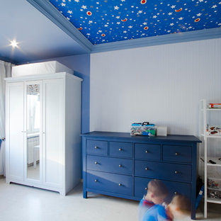 Aménagement d'une petite chambre d'enfant de 4 à 10 ans contemporaine avec un mur bleu et un sol en liège.