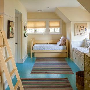 Aménagement d'une chambre d'enfant campagne avec un mur jaune, un sol en bois peint et un sol turquoise.