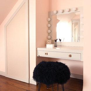 Immagine di una cameretta per bambini moderna di medie dimensioni con pareti rosa, parquet scuro e pavimento marrone