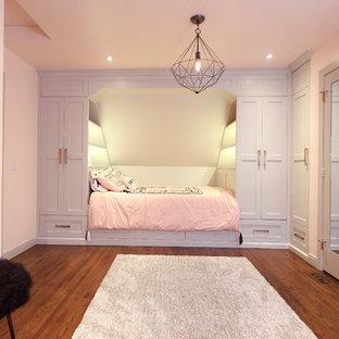 Idee per una cameretta per bambini minimalista di medie dimensioni con pareti rosa, parquet scuro e pavimento marrone