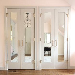 Ispirazione per una cameretta per bambini moderna di medie dimensioni con pareti rosa, parquet scuro e pavimento marrone