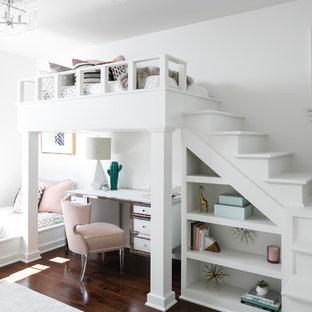 Imagen de dormitorio infantil clásico renovado, de tamaño medio, con paredes blancas, suelo marrón y suelo de madera oscura
