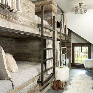 Idéer för ett rustikt könsneutralt barnrum kombinerat med sovrum och för 4-10-åringar, med vita väggar, betonggolv och grått golv
