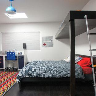 Modelo de dormitorio infantil minimalista, grande, con paredes blancas y suelo de madera oscura