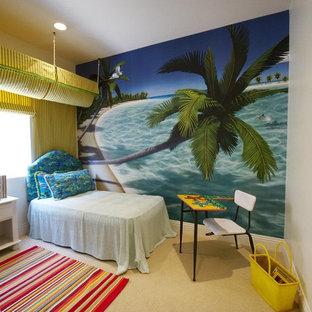 Bild på ett tropiskt könsneutralt småbarnsrum kombinerat med sovrum, med heltäckningsmatta och flerfärgade väggar