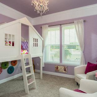Immagine di una cameretta per bambini da 4 a 10 anni american style di medie dimensioni con pareti viola e moquette
