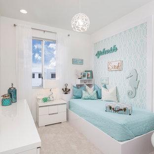 Idéer för att renovera ett mellanstort maritimt barnrum kombinerat med sovrum, med vita väggar, heltäckningsmatta och vitt golv