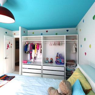Inredning av ett 50 tals mellanstort flickrum kombinerat med sovrum och för 4-10-åringar, med vita väggar och heltäckningsmatta