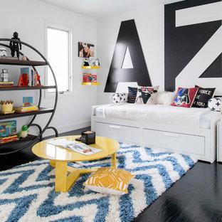 Inspiration för ett funkis pojkrum kombinerat med sovrum och för 4-10-åringar, med vita väggar och svart golv