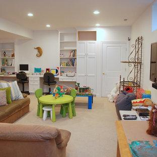 Bild på ett stort vintage könsneutralt barnrum kombinerat med lekrum och för 4-10-åringar, med vita väggar, heltäckningsmatta och beiget golv