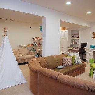 Идея дизайна: большая нейтральная детская с игровой в классическом стиле с белыми стенами, ковровым покрытием, бежевым полом и кессонным потолком для ребенка от 4 до 10 лет