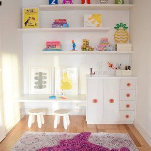 Foto de dormitorio infantil de 4 a 10 años, moderno, de tamaño medio, con paredes blancas, suelo de madera clara y suelo beige