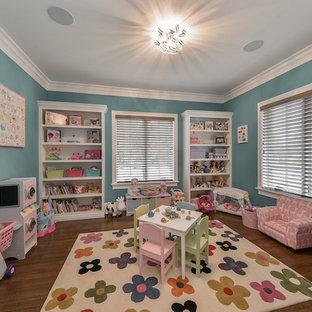 Inspiration pour une chambre d'enfant de 1 à 3 ans craftsman de taille moyenne avec un mur bleu et un sol en bois foncé.