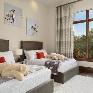 Ejemplo de dormitorio infantil de 4 a 10 años, moderno, grande, con paredes blancas, suelo de madera oscura y suelo marrón