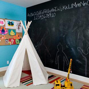 Cette photo montre une chambre d'enfant de 1 à 3 ans éclectique avec un mur multicolore.