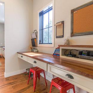 Ispirazione per una piccola cameretta per bambini da 4 a 10 anni country con pavimento in legno massello medio e pareti grigie