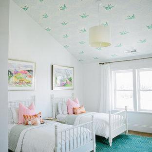 Lantlig inredning av ett könsneutralt barnrum kombinerat med sovrum och för 4-10-åringar, med flerfärgade väggar