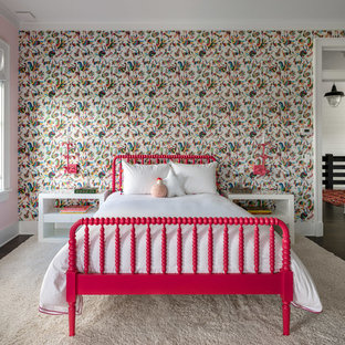 Inspiration för mellanstora lantliga flickrum kombinerat med sovrum och för 4-10-åringar, med rosa väggar, mörkt trägolv och brunt golv