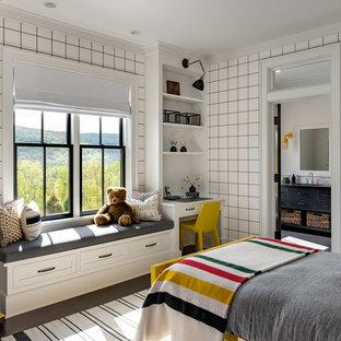 Diseño de dormitorio infantil de 4 a 10 años, de estilo de casa de campo, grande, con paredes blancas, suelo de madera oscura y suelo marrón