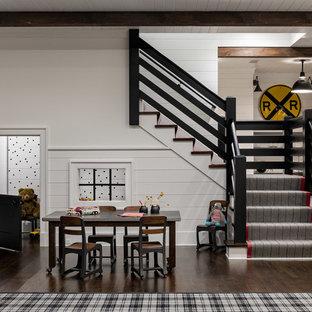 Idéer för stora lantliga könsneutrala barnrum kombinerat med lekrum och för 4-10-åringar, med vita väggar, mörkt trägolv och brunt golv