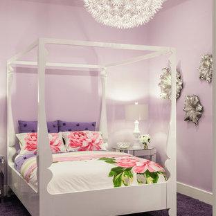 Modelo de dormitorio infantil contemporáneo con paredes púrpuras y moqueta