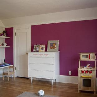 Mittelgroßes Modernes Kinderzimmer mit Spielecke, braunem Holzboden und rosa Wandfarbe in Portland