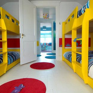 Esempio di una cameretta per bambini da 4 a 10 anni moderna con pareti bianche, pavimento in legno verniciato e pavimento bianco