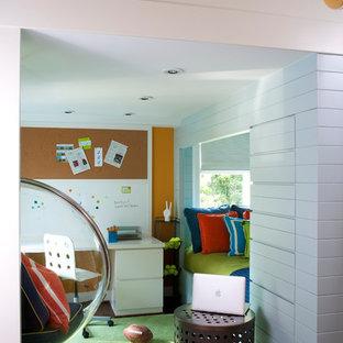 Imagen de dormitorio infantil actual con escritorio, paredes multicolor, moqueta y suelo verde