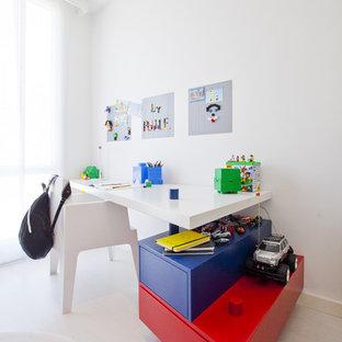 Foto de habitación de niño de 4 a 10 años, moderna, con escritorio, paredes blancas y suelo blanco