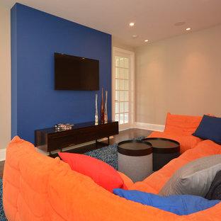 Modern inredning av ett mellanstort könsneutralt tonårsrum kombinerat med lekrum, med mörkt trägolv, blå väggar och blått golv