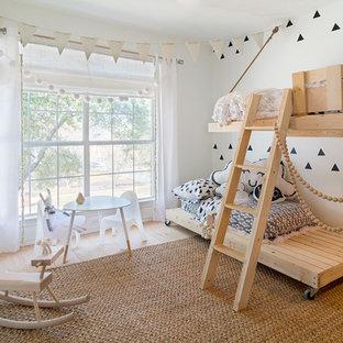 Inspiration för små nordiska könsneutrala barnrum kombinerat med sovrum och för 4-10-åringar, med vita väggar och ljust trägolv