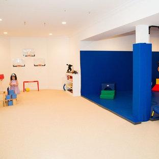 Exempel på ett mellanstort modernt könsneutralt barnrum kombinerat med lekrum och för 4-10-åringar, med vita väggar och heltäckningsmatta