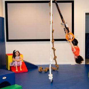 Idéer för mellanstora funkis könsneutrala barnrum kombinerat med lekrum och för 4-10-åringar, med vita väggar och heltäckningsmatta