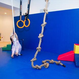 Imagen de dormitorio infantil de 4 a 10 años, minimalista, de tamaño medio, con paredes blancas y moqueta