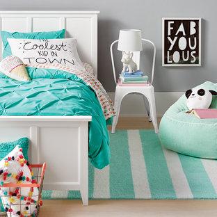 Inspiration för ett mellanstort funkis barnrum kombinerat med sovrum, med grå väggar, ljust trägolv och beiget golv