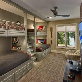 Imagen de dormitorio infantil rústico, grande, con paredes beige y moqueta