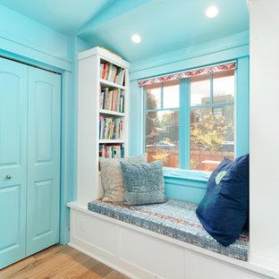 Foto di una cameretta per bambini boho chic di medie dimensioni con pareti multicolore, parquet chiaro e pavimento beige