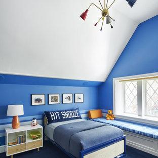 Inredning av ett klassiskt mellanstort pojkrum, med blå väggar, heltäckningsmatta och blått golv