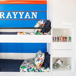 Exempel på ett stort modernt pojkrum kombinerat med sovrum och för 4-10-åringar, med blå väggar, marmorgolv och vitt golv