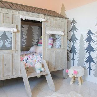 Idee per una grande cameretta per bambini da 1 a 3 anni moderna con pareti grigie, pavimento in marmo e pavimento bianco