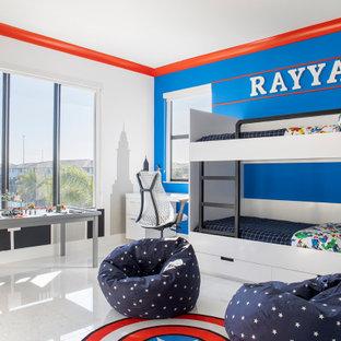 Foto di una grande cameretta per bambini da 4 a 10 anni minimal con pareti blu, pavimento in marmo e pavimento bianco