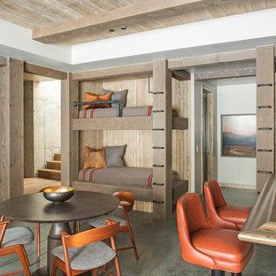 Inspiration för rustika könsneutrala barnrum kombinerat med sovrum och för 4-10-åringar, med betonggolv och grått golv